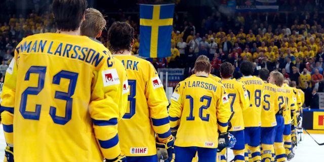 Tre Kronor lyssnar på nationalsången efter segern mot Ryssland. GRIGORY DUKOR / TT NYHETSBYRÅN