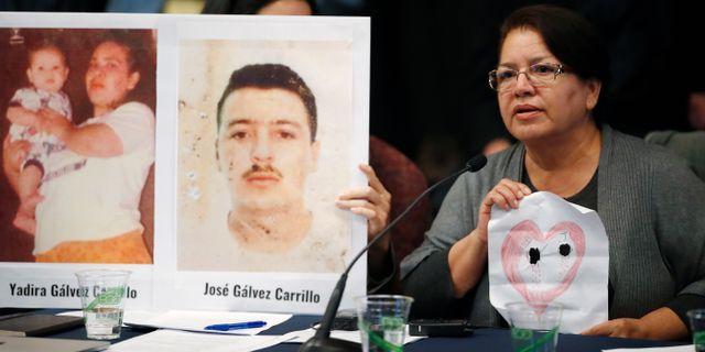 Irma Carrillo håller upp en bild på ett hjärta med två hål som representerar hennes två barn, som saknas sedan 1999.  David Zalubowski / TT NYHETSBYRÅN