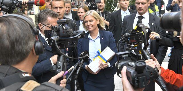 Magdalena Andersson omgiven av ett stort pressuppbåd  Claudio Bresciani/TT / TT NYHETSBYRÅN