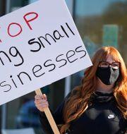 Illustrationsbild. Frisörer protesterar mot lockdown i San Rafael, Kalifornien, i december 2020. Eric Risberg / TT NYHETSBYRÅN