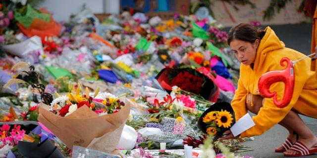 Sörjande lägger ner blommor vid en av moskéerna efter attentaten Vincent Thian / TT NYHETSBYRÅN/ NTB Scanpix