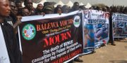 Människor protesterar mot dödligheterna. AP / TT / NTB Scanpix