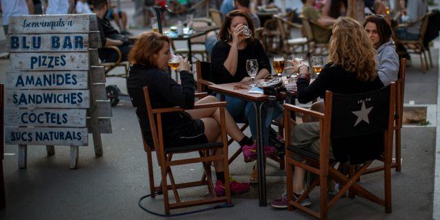 Barcelona öppnade sina caféer på måndagen. Emilio Morenatti / TT NYHETSBYRÅN