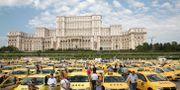 I flera städer har delningstjänsterna hamnat i strid med traditionell taxiverksamhet.  Vadim Ghirda / TT NYHETSBYRÅN