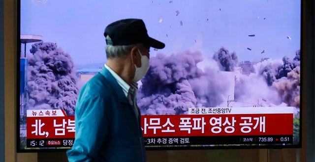 Bilder på en tv-skärm när sambandskontoret sprängs. Lee Jin-man / TT NYHETSBYRÅN