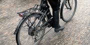 En kvinna på elcykel. ANDERS WIKLUND / TT / TT NYHETSBYRÅN
