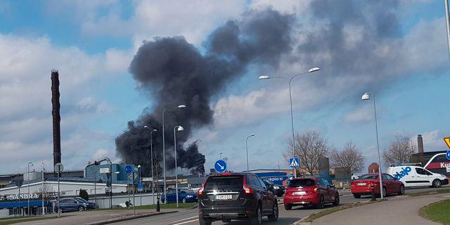 Det brinner i en industrilokal i centrala Kalmar och giftig rök sprider sig in över staden, enligt ett varningsmeddelande till allmänheten. Helmuth Petersson/TT / TT NYHETSBYRÅN