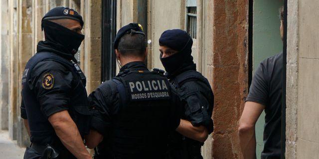 Katalanska poliser vid en knarkrazzia förra året. Illustrationsbild. Daniel Cole / TT NYHETSBYRÅN