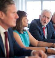 Keir Starmer i förgrunden. Jeremy Corbyn trea från vänster. Arkivbild. Stefan Rousseau / TT NYHETSBYRÅN
