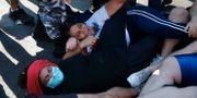 Demonstranter protesterar när militär och polis öppnar en gata.  Bilal Hussein / TT NYHETSBYRÅN