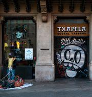 Stängd restaurang i Barcelona. Emilio Morenatti / TT NYHETSBYRÅN