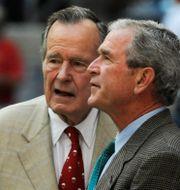 George H W Bush och George W Bush. Pat Sullivan / TT NYHETSBYRÅN/ NTB Scanpix