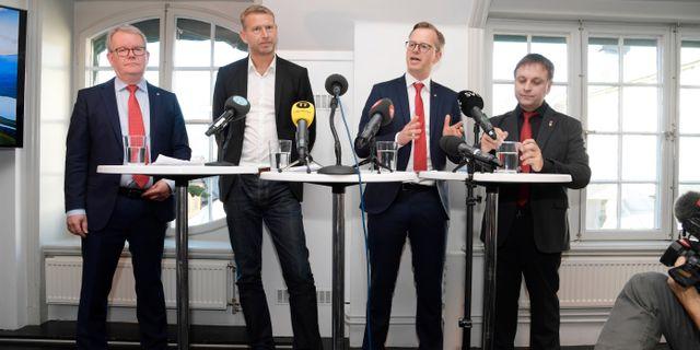 Anders Teljebäck från Västerås, Peter Carlsson, Northvolts vd, Mikael Damberg, närings- och innovationsminister, och Lorents Burman från Skellefteå. Anders Wiklund/TT / TT NYHETSBYRÅN