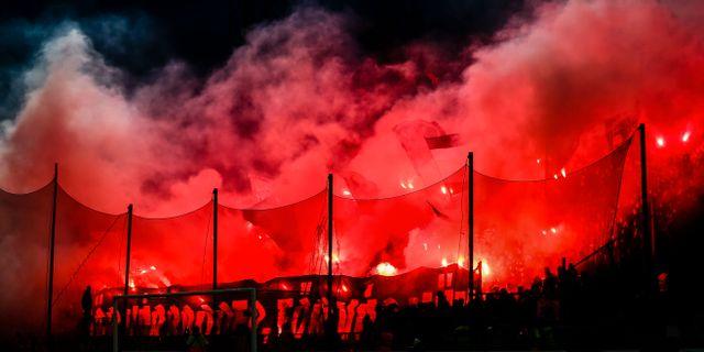 AIK:s supportrar bränner bengaler under fotbollsmatchen i Allsvenskan mellan IFK Norrköping och AIK JOSEFINE LOFTENIUS / BILDBYRÅN