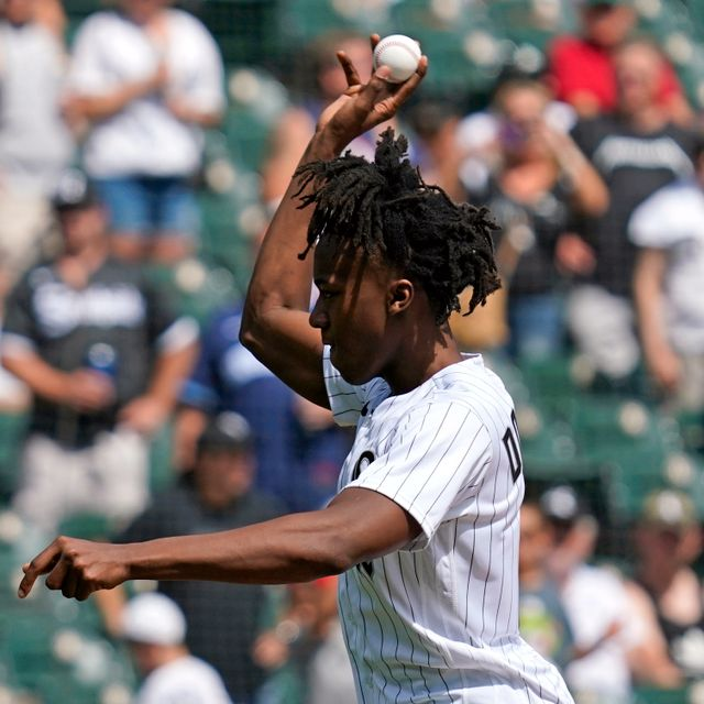 Chicago Bulls' Ayo Dosunmo throws out a ceremonial first pitch before a baseball game between the Chicago Cubs and the Chicago White Sox in Chicago, Sunday, Aug. 29, 2021. Nam Y. Huh / TT NYHETSBYRÅN