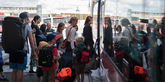 Trängsel bland kollektivtrafiksresenärer i Stockholm i juli. ALI LORESTANI / TT / TT NYHETSBYRÅN