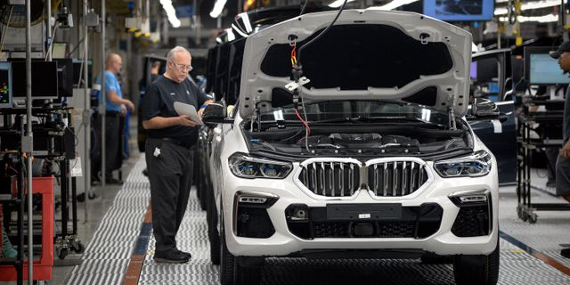 Illustrationsbild: En BMW X-suv kontrolleras vid BMW-fabriken i amerikanska South Carolina.  CHARLES MOSTOLLER / TT NYHETSBYRÅN