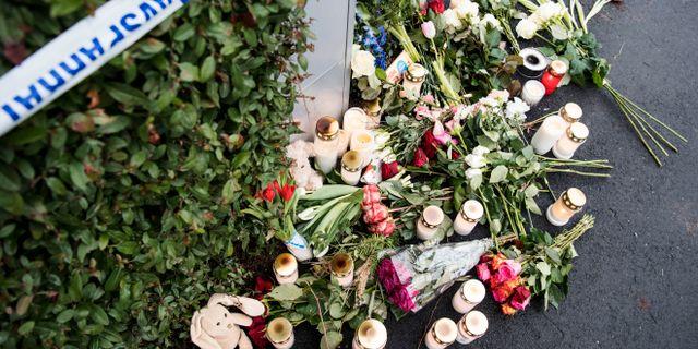 Blommor och ljus utanför polisens avspärrningsband kring villan i Bjärred. Johan Nilsson/TT / TT NYHETSBYRÅN