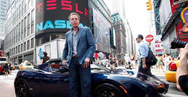 Elon Musk framför en Tesla när bolaget noterades 2010.  Mark Lennihan / TT NYHETSBYRÅN