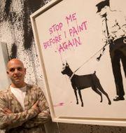 Steve Lazarides vid ett av Banksys verk. Alastair Grant / TT NYHETSBYRÅN