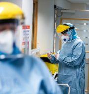 Personal vid Intensivvårdsavdelningen på Nyköpings Lasarett tar på sig skyddsutrustning vid arbetet med patienter med covid-19. Magnus Andersson/TT / TT NYHETSBYRÅN