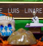 Altare till minne av läkaren Jose Luis Linares, som dog av covid-19. Eduardo Verdugo / TT NYHETSBYRÅN