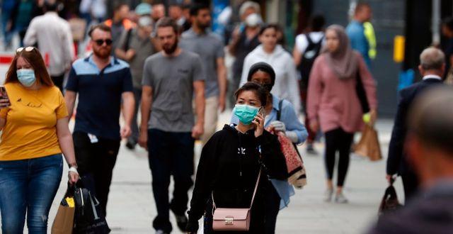 Människor promenerar längs Oxford Street i London. TT