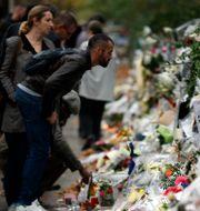 Arkivbild: Blommor och minneskort utanför Bataclan efter attackerna 2015 Frank Augstein / TT NYHETSBYRÅN