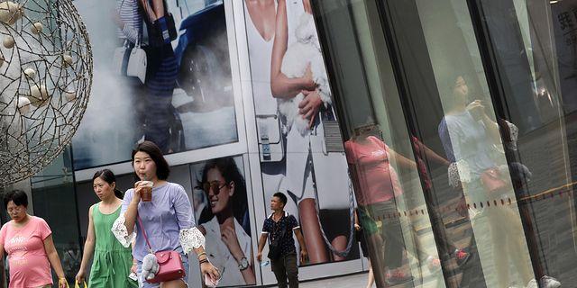 Kvinnor som shoppar i Peking på måndagen. TT