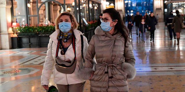Illustrationsbild: Kvinnor besöker galleria i Milano under pågående virusutbrott. MIGUEL MEDINA / TT NYHETSBYRÅN
