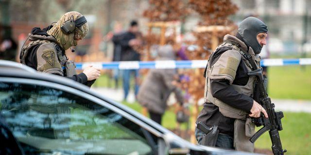 Tjeckisk polis utanför sjukhuset i Ostrava. LUKAS KABON / TT NYHETSBYRÅN