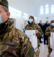 Tidigare har Ungern vaccinerat med Pfizer-Biontechs vaccin. Här kom de första doserna till ett sjukhus i Budapest i december.  Szilard Koszticsak / TT NYHETSBYRÅN