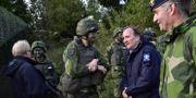 Stefan Löfven träffar soldater som deltar i försvarsövningen Aurora 17.  Jonas Ekströmer/TT / TT NYHETSBYRÅN