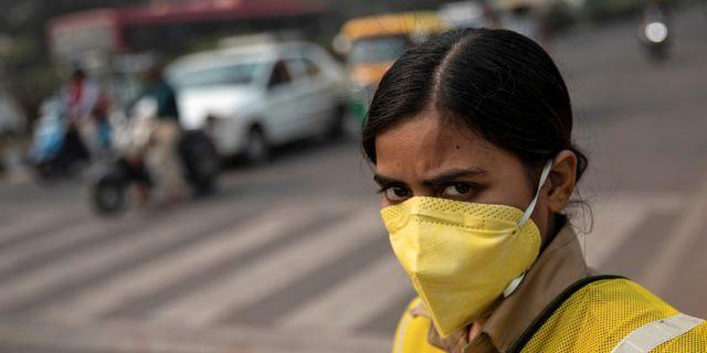 En polis i New Delhi bär ansiktsmask för att skydda sig mot luftföroreningar. Arkivbild. Danish Siddiqui / TT NYHETSBYRÅN
