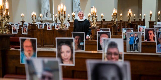 I Danmark är restriktionerna hårda och här håller en pastor mässa för sina medlemmar i form av selfies. Mässan direktsändes online.  Martin Sylvest / TT NYHETSBYRÅN