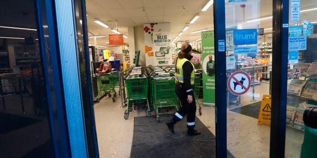 Polis i matbutiken där kvinnan attackerades. Terje Bendiksby / TT NYHETSBYRÅN