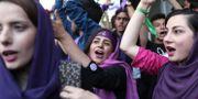 Anhängare till president Hassan Rouhani jublar efter hans valseger på lördagen. BEHROUZ MEHRI / AFP