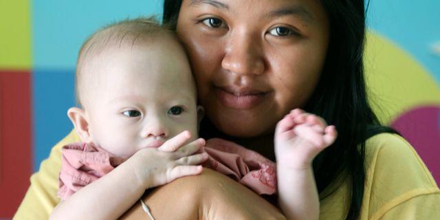 Surrogatmamman Pattaramon Chanbua tillsammans med Gammy. Apichart Weerawong / TT / NTB Scanpix