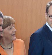 Jens Weidmann med Angela Merkel. Markus Schreiber / TT NYHETSBYRÅN/ NTB Scanpix