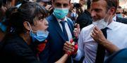 Emmanuel Macron i samtal med en invånare i Beirut.  Thibault Camus / TT NYHETSBYRÅN