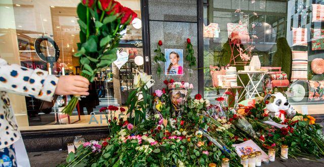Många stockholmare har lagt ut blommor vid Åhléns City. Bilden togs i samband med ettårsdagen av terrordådet, 2018.  Claudio Bresciani/TT / TT NYHETSBYRÅN
