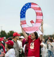 Qanon-anhängare vid ett Trumpmöte 2018.  Matt Rourke / TT NYHETSBYRÅN