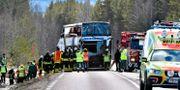 Räddningstjänst polis och ambulans på platsen där tre personer dog i en allvarlig bussolycka på E45 mellan Sveg och Fågelsjö i Härjedalen på söndagsmorgonen.  Nisse Schmidt/TT / TT NYHETSBYRÅN