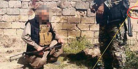 Bild ur polisens förundersökningsprotokoll. En man som reste till Irak för att strida mot IS står åtalad för krigsförbrytelse misstänkt för att ha poserat med döda och stympade människor. Polisens förundersökningsprotokoll