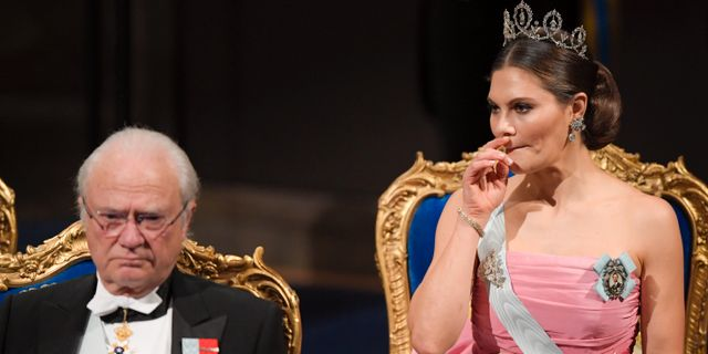 Kronprinsessan Victoria och kung Carl XVI Gustaf under Nobelprisutdelningen 2018.  Anders Wiklund/TT / TT NYHETSBYRÅN