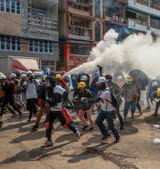 Demonstranter i sammandrabbning med militärjuntans polisstyrkor i Myanmars största stad Rangoon tidigare i veckan.  STR / TT NYHETSBYRÅN