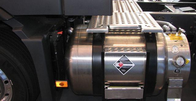 Tank för flytande naturgas monterad på Volvolastbil. Arkivbild. Wikimedia