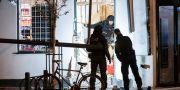 Nationella bombskyddet undersöker entrén till en livsmedelsbutik på Stora Södergatan i centrala Lund efter en explosion tidigt på lördagsmorgonen. Johan Nilsson/TT / TT NYHETSBYRÅN