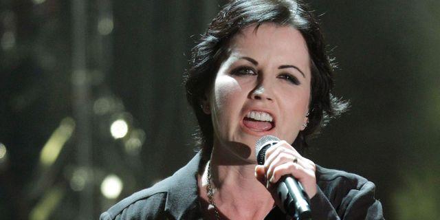 Dolores O'Riordan, The Cranberries frontfigur som dog förra året lämnade tillräckligt mycket inspelad sång för att bandet skulle kunna sammanställa sitt åttonde album.  Luca Bruno / TT / NTB Scanpix