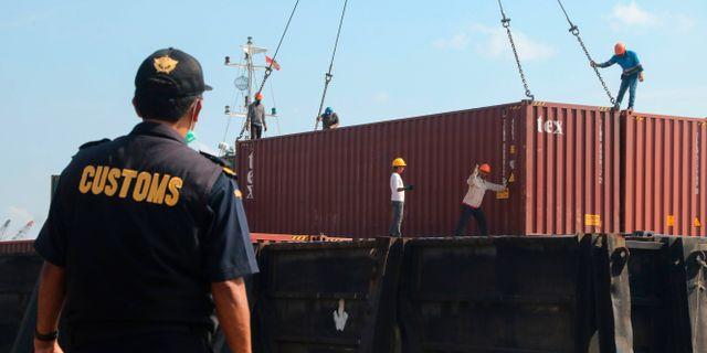 Indonesiens tullverk skickar tillbaka containrar med sopor. SEI RATIFA / AFP